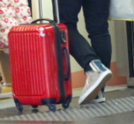 スーツケース 立てて転がす