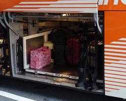 スーツケース バスに横向けに詰む