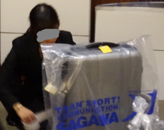 スーツケースに袋をかぶせる(佐川急便)